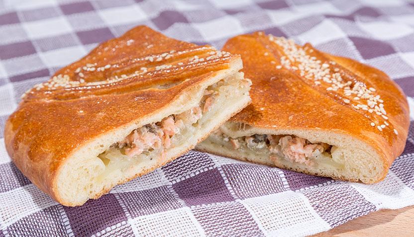 Пирог с ветчиной и сыром из слоеного тестаы с фото